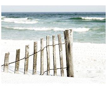 IMAGINE Lámina con la imagen de una valla de postes de madera, en una idílica playa y con el mar de fondo y dimensiones de 60x80 centímetros 1 unidad